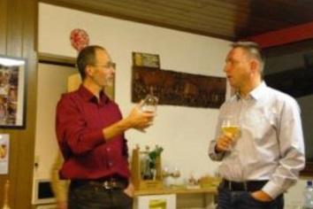 Angeregtes Verkosten: Dr. Markus Fohr und Stammgast André Krause